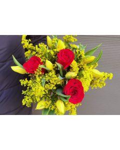 Buchet cu trandafiri rosii si lalele galbene