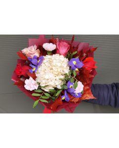 Buchet elegant cu hortensie si trandafiri