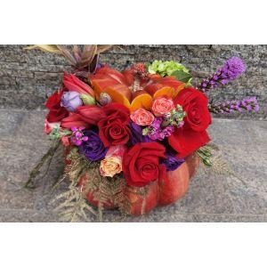 Aranjament floral in dovleac cu trandafiri rosii