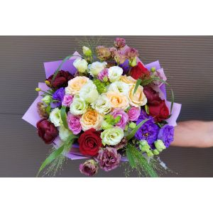 Buchet vesel cu trandafiri si lisianthus