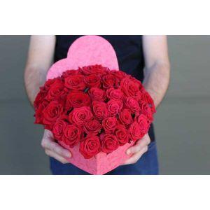 Cutie in forma de inima cu 33 trandafiri rosii